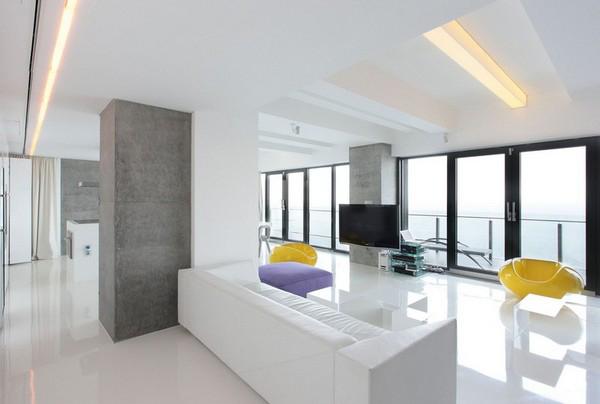 Квартира находится на берегу Черного моря, интерьер в основном белый, с...