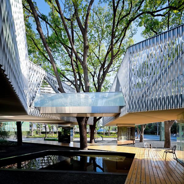 da7cdf67b3e2 Его центром можно назвать атриум, огражденный стеклянными стенами. Там  запроектирована лестница, ведущая на второй этаж.